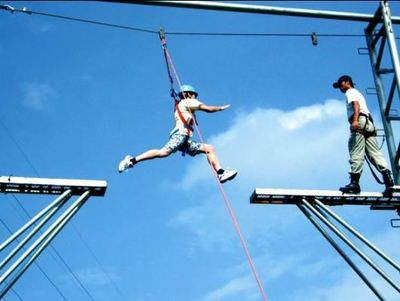 """拓展项目:高空断桥 """"断桥一小步,人生一大步""""自我突破,潜能开发拓展项目"""